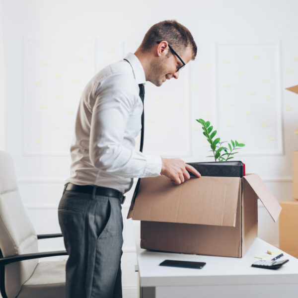 businessman-moving-into-a-new-office-JGRCETW (FILEminimizer)